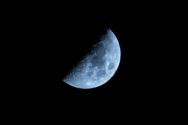 日の丸構図で撮った月の写真