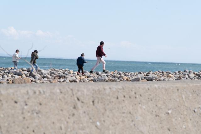 小樽の海辺でとった家族の日の丸構図の写真