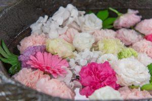 手稲神社の手水鉢。白やピンクのかわいい雰囲気の花手水