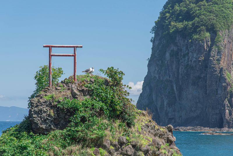 余市町の夫婦岩、「えびす岩」と「大黒岩」は、鳥居が気になる観光スポット