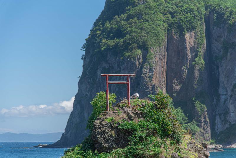 余市町の大黒岩の上の鳥居の由来、出自は謎。