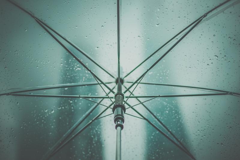 風に強い折り畳み傘の、骨の素材とは