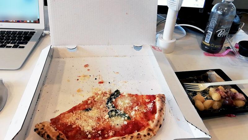 ちなみにうちの会社はデスクでピザ食っても怒られない