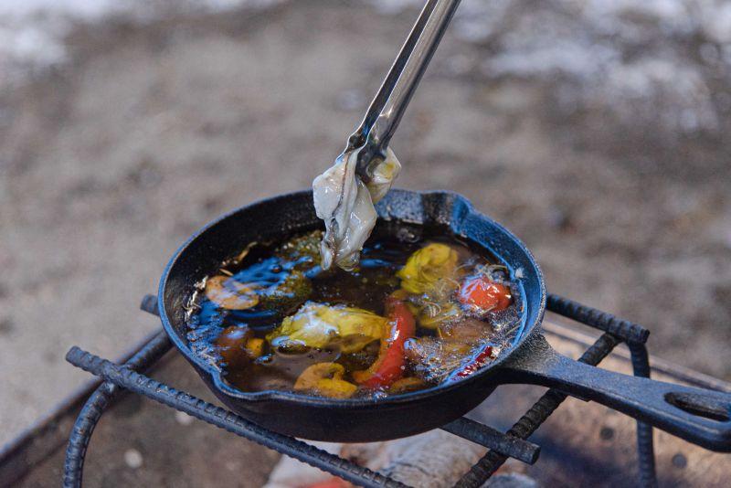 ワンダーランドサッポロのバーベキューでアヒージョを食べている写真