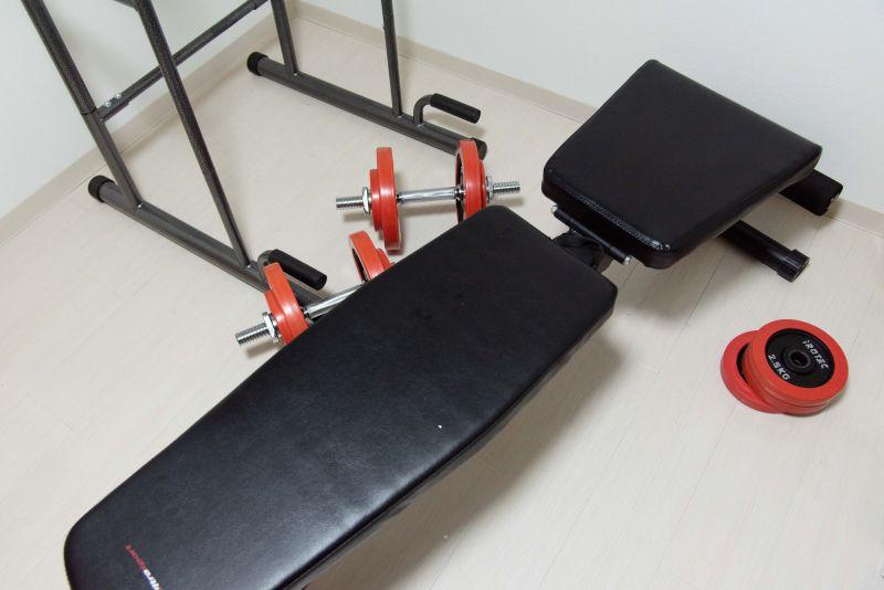 ウルトラスポーツのトレーニングベンチとダンベルが写っている写真