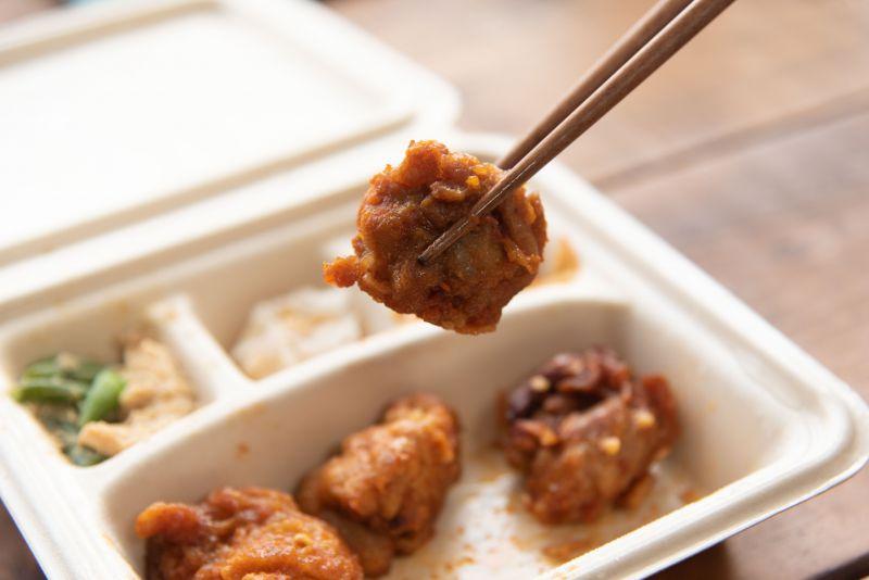 宅配食のnosh(ナッシュ)のヤンニョムチキン弁当の写真