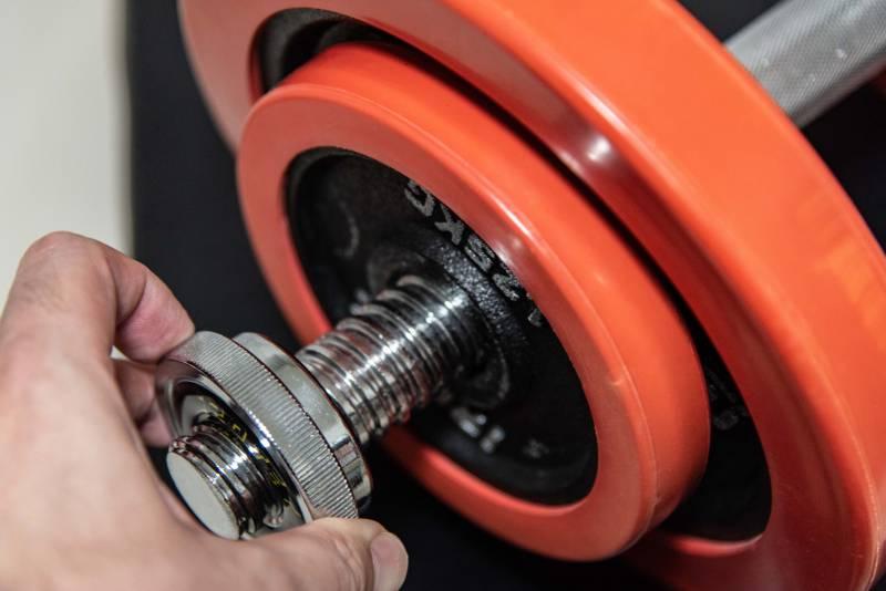 IROTEX(アイロテック)のダンベルのプレート重量を変更している写真